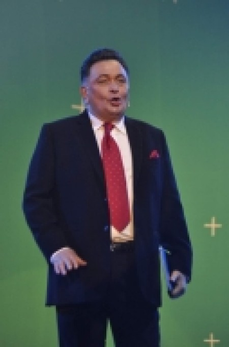 Rishi Kapoor with a stack of comics under his arm (Movie Snippets)