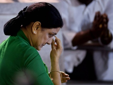 Sasikala leaves for Bengaluru after slamming Jayalalithaa�s tomb thrice